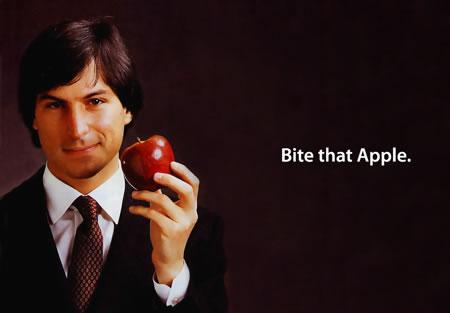 Steve Jobs con una manzana en la mano